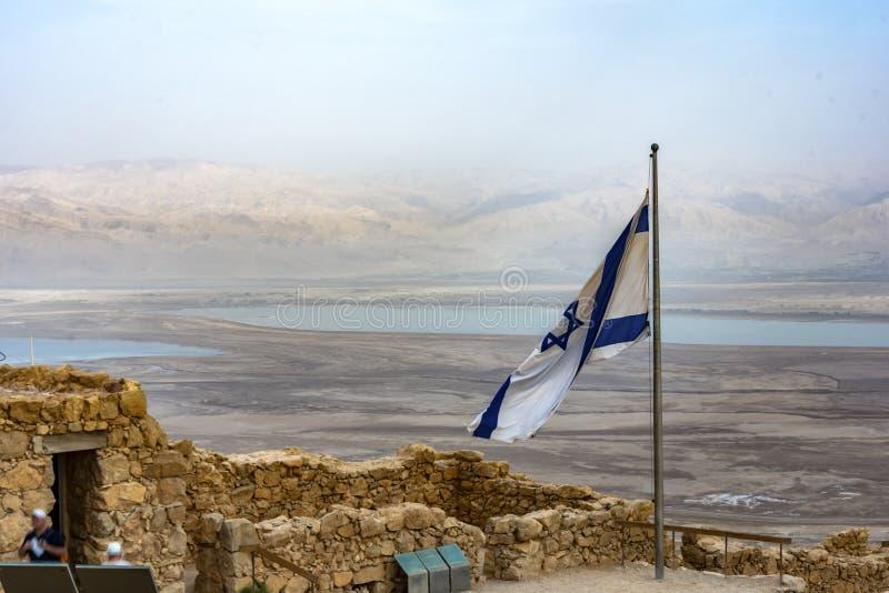Ruínas de Masada e bandeira israelita imagens de stock