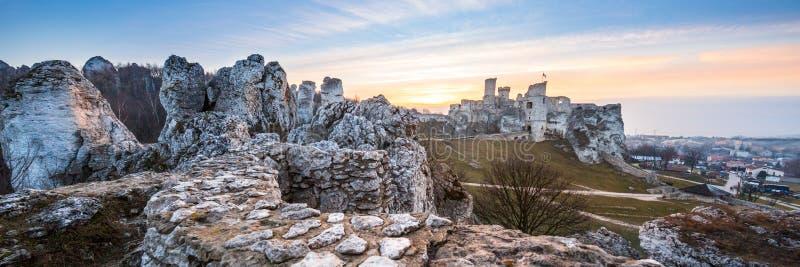 Ruínas de Ogrodzieniec de um castelo medieval Região de Czestochowa foto de stock