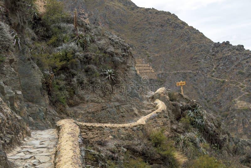 Ruínas de Ollantaytambo, uma fortaleza maciça do Inca com os grandes terraços de pedra em um montanhês, destino do turista no Per foto de stock royalty free