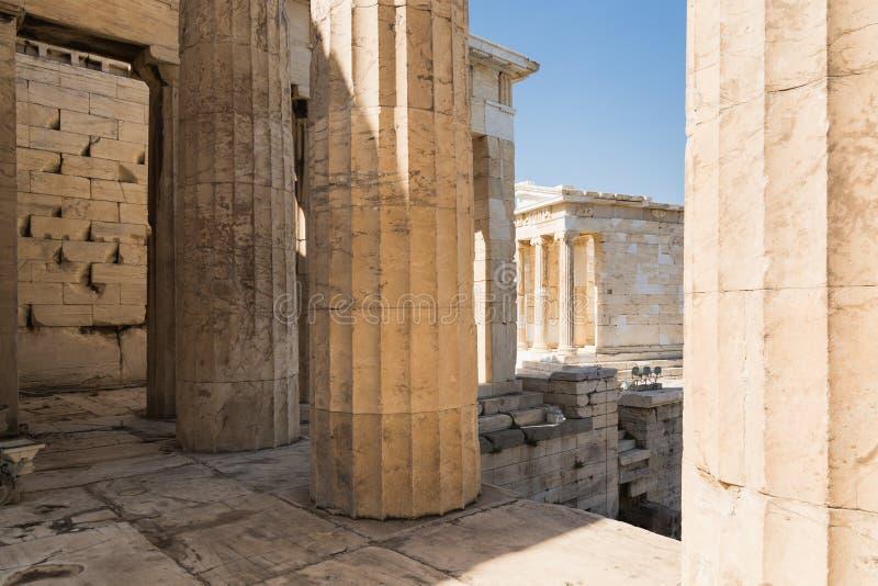 Ruínas de Propylaia no templo na acrópole, Atenas do Partenon, Grécia fotografia de stock