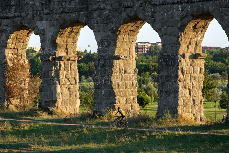 Ruínas de Roman Aqueducts antigo, Roma, fotos de stock