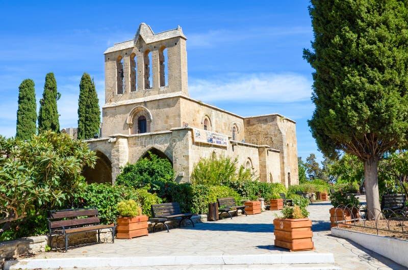 Ruínas de surpresa da abadia antiga de Bellapais tomada fora do complexo A ruína de um monastério do século XIII é encontrada den imagens de stock royalty free