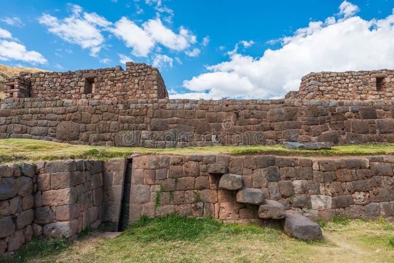 Ruínas de Tipon nos Andes peruanos no Peru de Cuzco foto de stock
