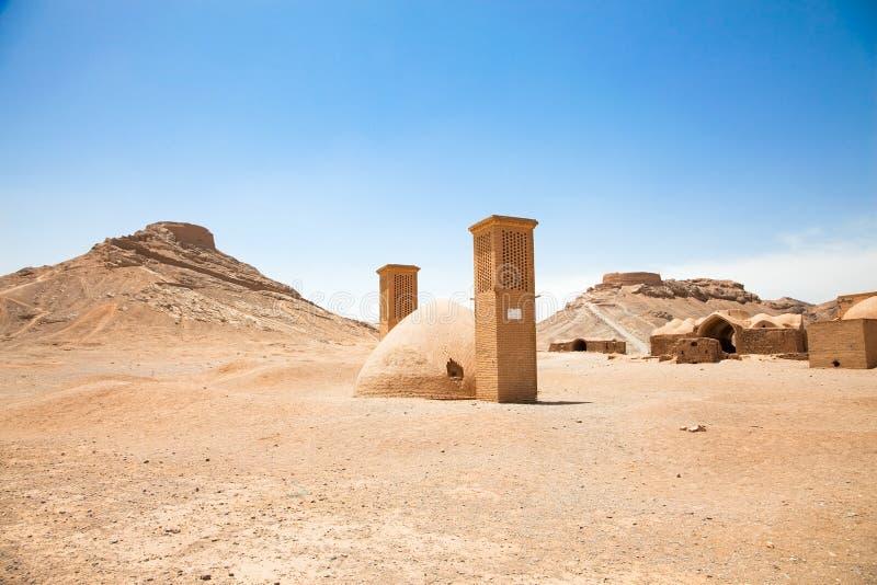 Ruínas de torres do Zoroastrian do silêncio Yazd. Irã. fotos de stock