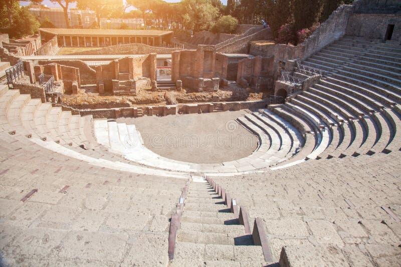Ruínas de um anfiteatro pequeno em Pompeii foto de stock royalty free