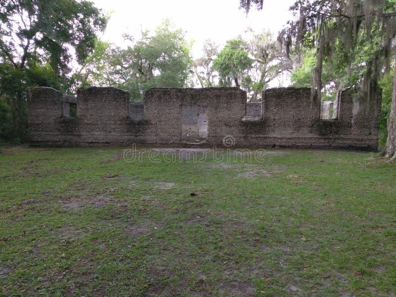 Ruínas de um moinho de açúcar velho com concreto do gato malhado imagem de stock royalty free