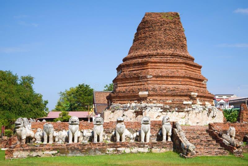 Ruínas de um prang velho no templo de Wat Tummickarat Ayutthaya, Tailândia foto de stock royalty free