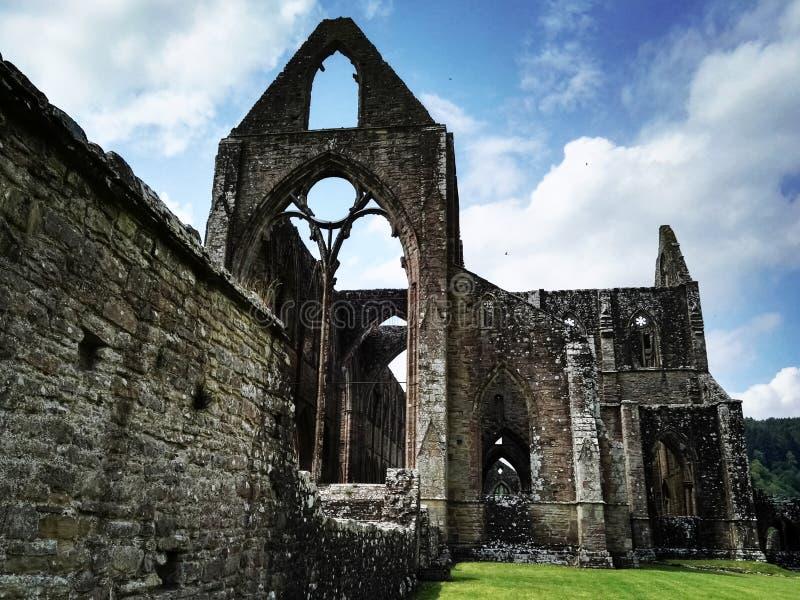 Ruínas de uma abadia foto de stock