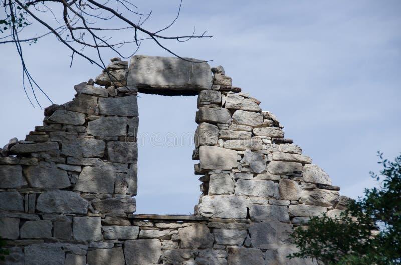 Ruínas de uma casa de pedra velha fotografia de stock