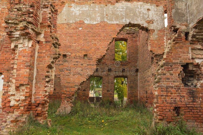 Ruínas de uma construção do tijolo vermelho Área abandonada imagens de stock