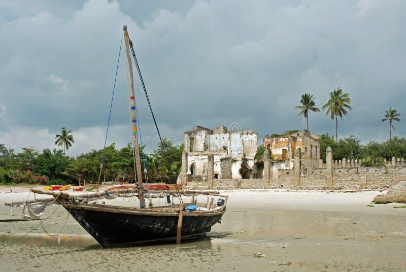 Ruínas do barco de pesca de Tanzânia da cidade de Bagamoyo da praia fotos de stock