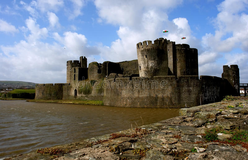 Ruínas do castelo de Caerphilly, Wales. imagem de stock royalty free
