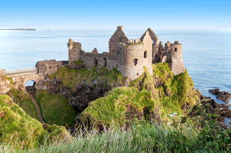 Ruínas do castelo de Dunluce em Irlanda do Norte imagens de stock
