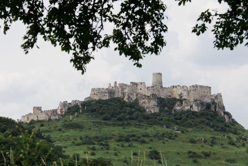 Ruínas do castelo do castelo de Spissky em Eslováquia em um dia ensolarado quente fotos de stock royalty free