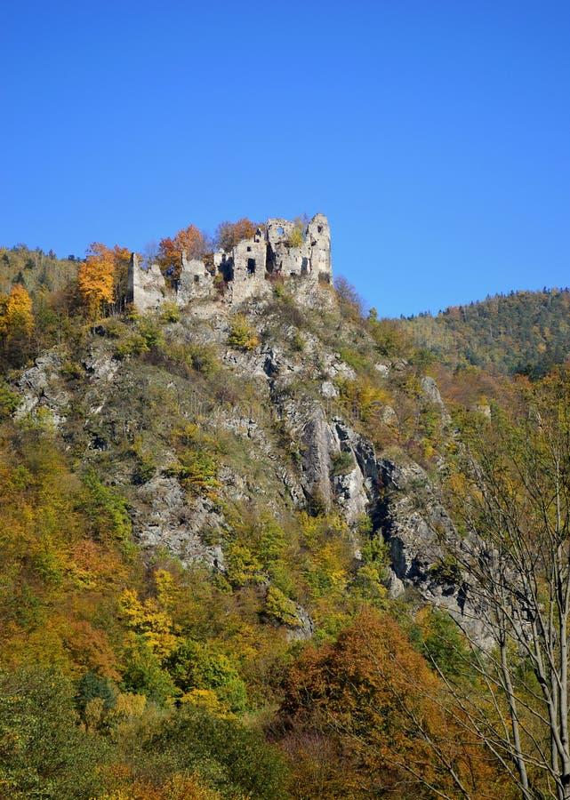 Ruínas do castelo em Eslováquia fotografia de stock royalty free