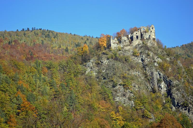 Ruínas do castelo em Eslováquia foto de stock