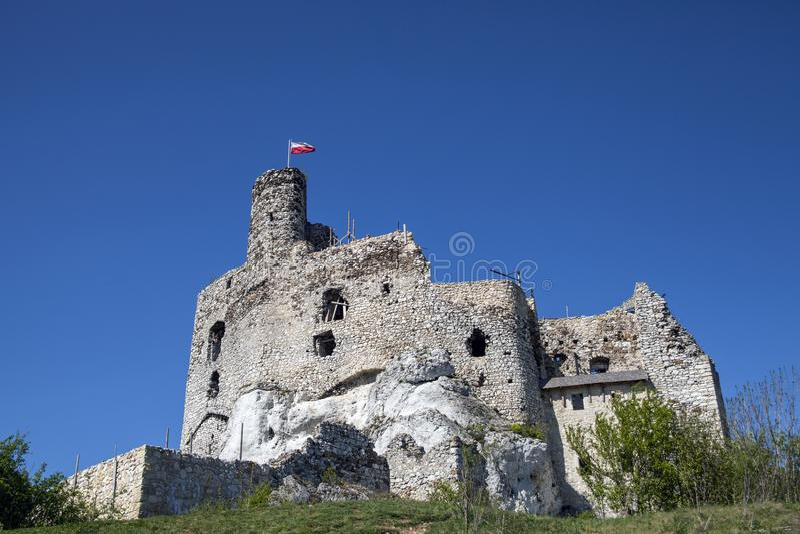 Ruínas do castelo em Mirow ao lado do castel em Bobolice Fortifique na vila de Mirow no Polônia, Jura Krakowsko-Czestochowska foto de stock