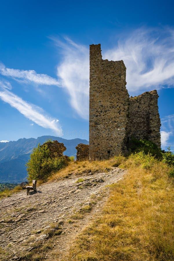 Ruínas do castelo medieval de Saint-Firmino Valgaudemar, cumes, França fotografia de stock royalty free