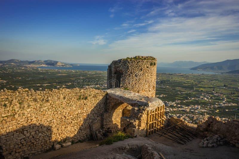 Ruínas do castelo medieval em Argos em Peloponnese em Grécia imagens de stock royalty free