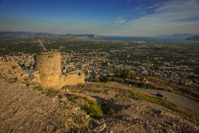Ruínas do castelo medieval em Argos em Peloponnese em Grécia foto de stock