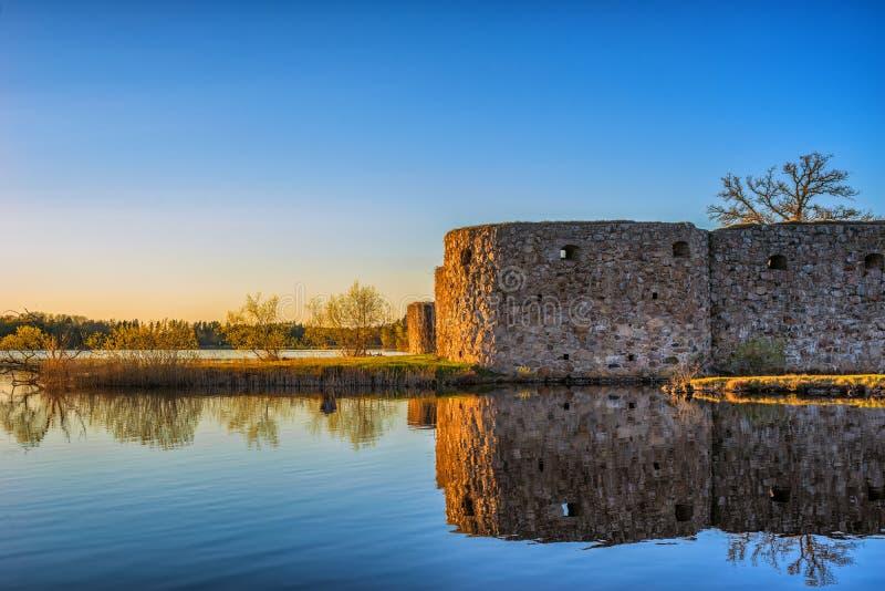 Ruínas do castelo ou do forte escandinavo velho no tempo do por do sol no lago imagens de stock royalty free