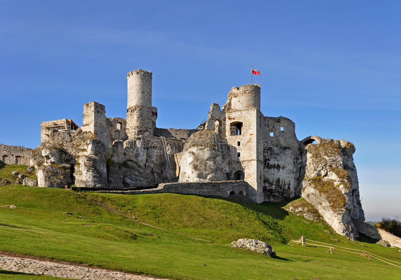 Ruínas do castelo Zamek Ogrodzieniec, Polônia imagens de stock