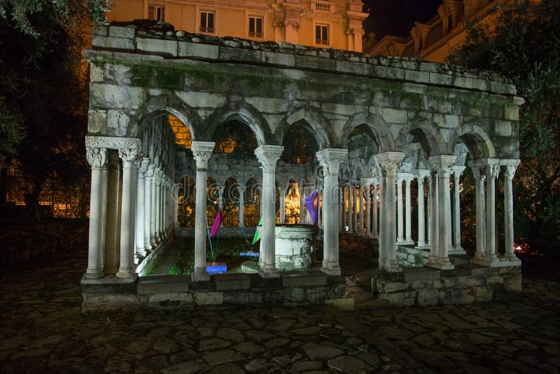 Ruínas do claustro de St Andrew perto da casa de Christopher Columbus, di Colombo da casa, na noite imagem de stock