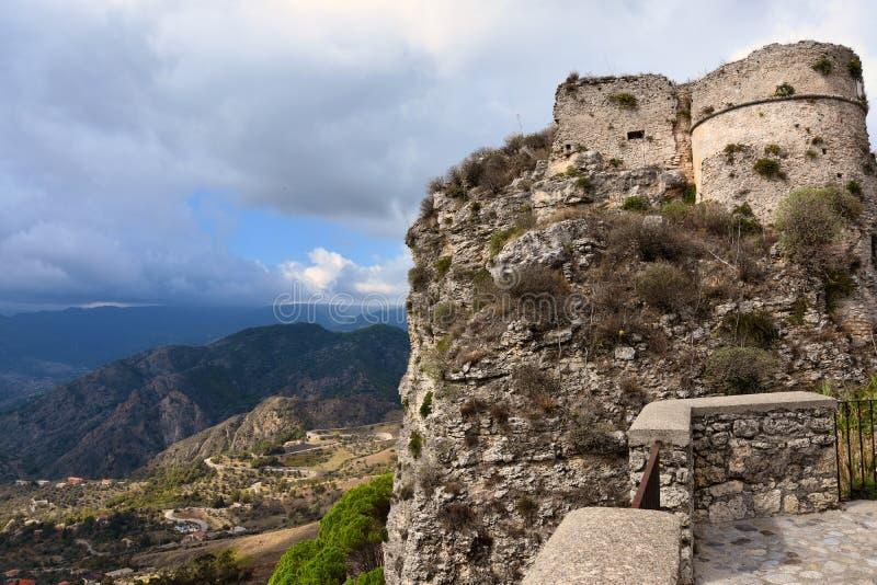 Ruínas do forte medieval em Gerace fotos de stock royalty free