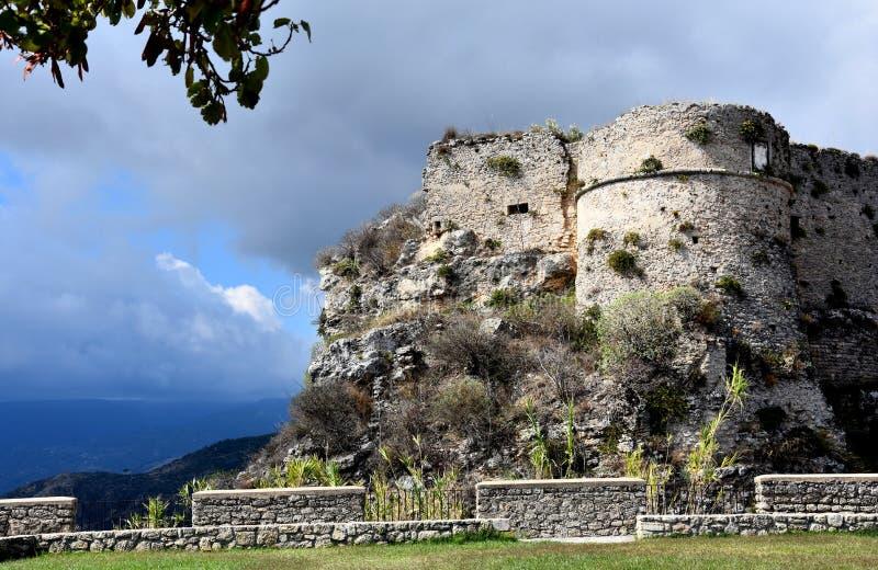 Ruínas do forte medieval em Gerace imagens de stock royalty free