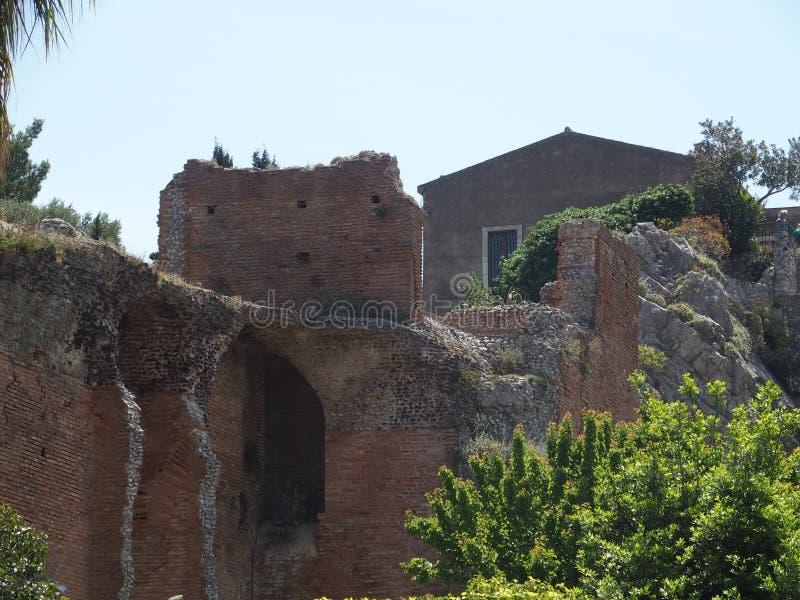 Ruínas do grego clássico e do teatro romano na cidade de TAORMINA em SICÍLIA em Itália fotos de stock royalty free