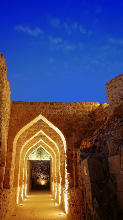 Ruínas do marco histórico do ` de Qal em Al Bahrain, Manama fotografia de stock
