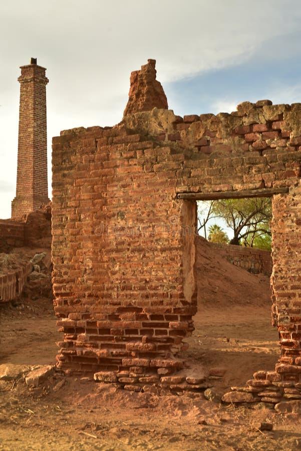 Ruínas do moinho de açúcar velho do tijolo em TODOS Santos, Baja, México foto de stock