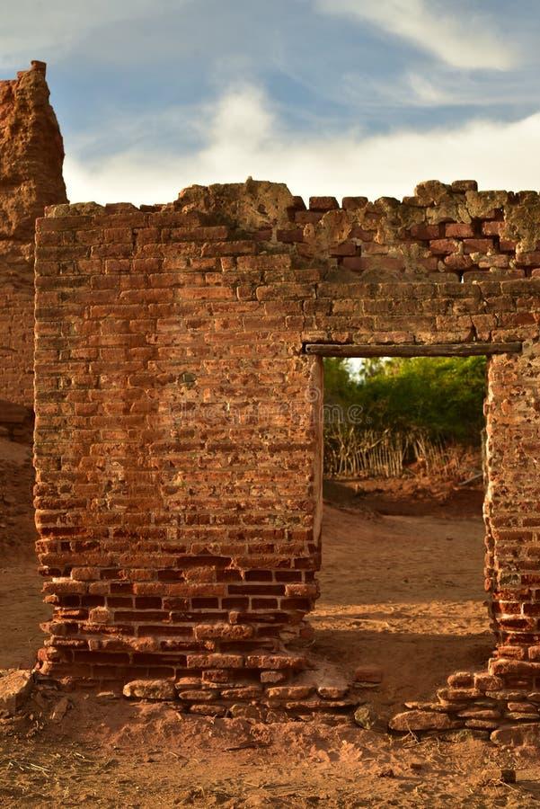 Ruínas do moinho de açúcar velho do tijolo em TODOS Santos, Baja, México fotos de stock