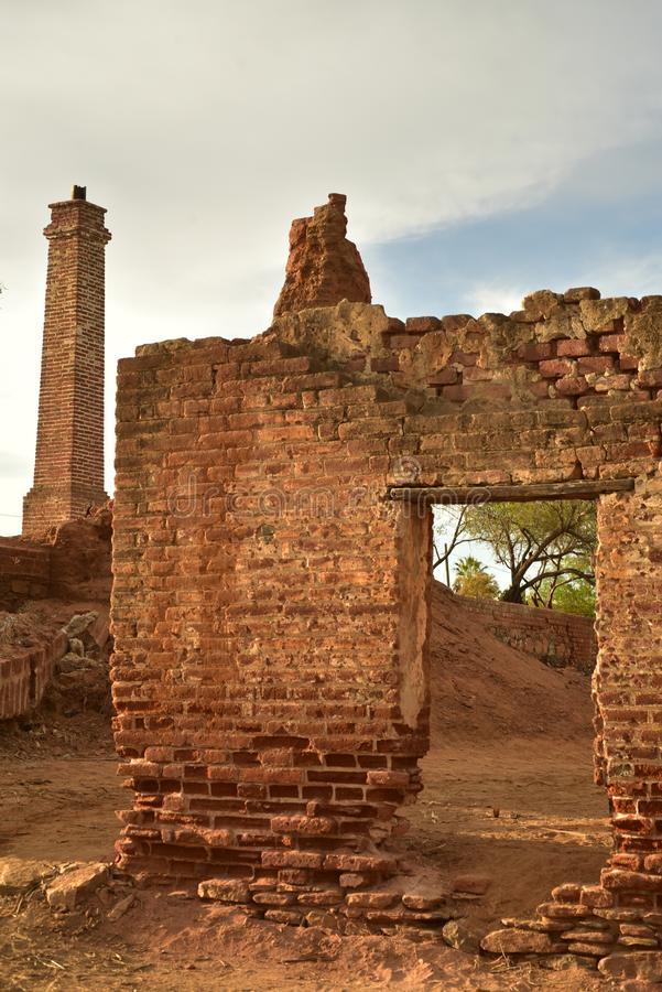 Ruínas do moinho de açúcar velho do tijolo em TODOS Santos, Baja, México fotografia de stock royalty free