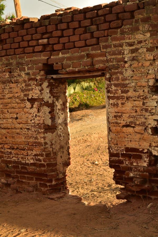 Ruínas do moinho de açúcar velho do tijolo em TODOS Santos, Baja, México imagens de stock royalty free