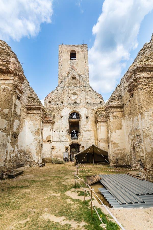 Ruínas do monastério Katarinka acima da vila de Dechtice, Slov foto de stock royalty free