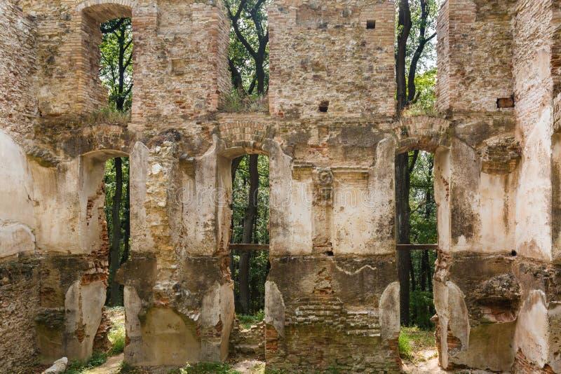 Ruínas do monastério Katarinka acima da vila de Dechtice, Slov imagem de stock royalty free