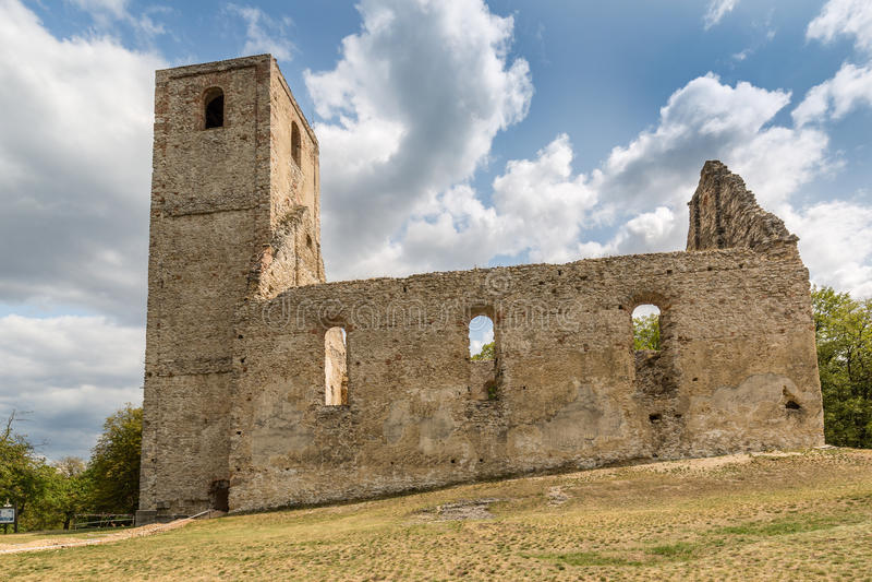 Ruínas do monastério Katarinka acima da vila de Dechtice, Slov foto de stock