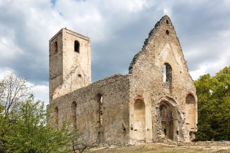 Ruínas do monastério Katarinka acima da vila de Dechtice, Slov fotos de stock royalty free