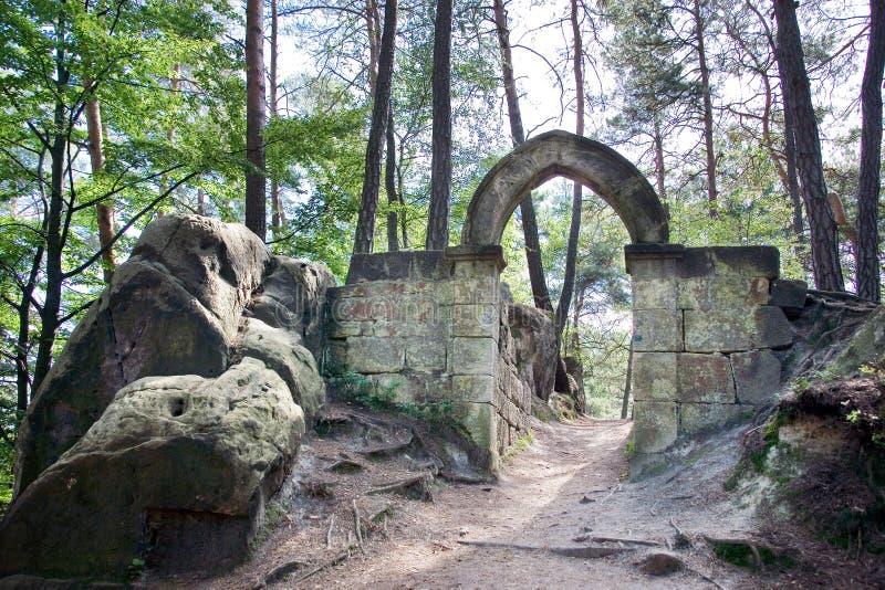 Ruínas do panteão gótico do castelo - Vranov na vila f de Mala Skala fotos de stock