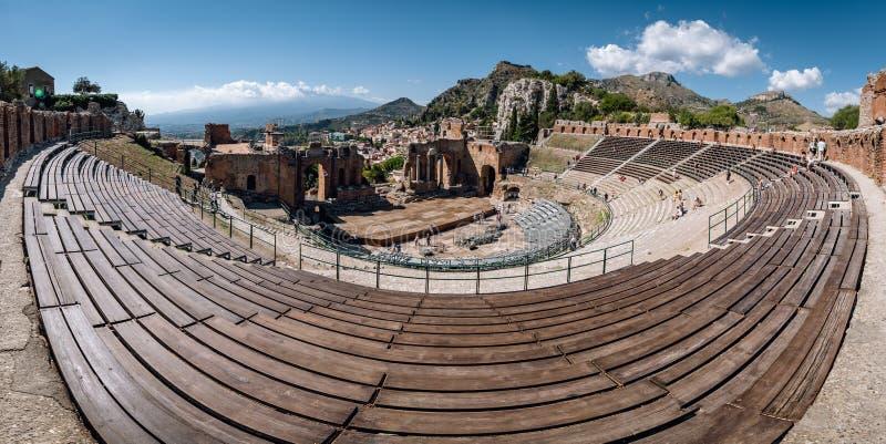 Ruínas do teatro do grego clássico em Taormina, Sicília, Itália foto de stock
