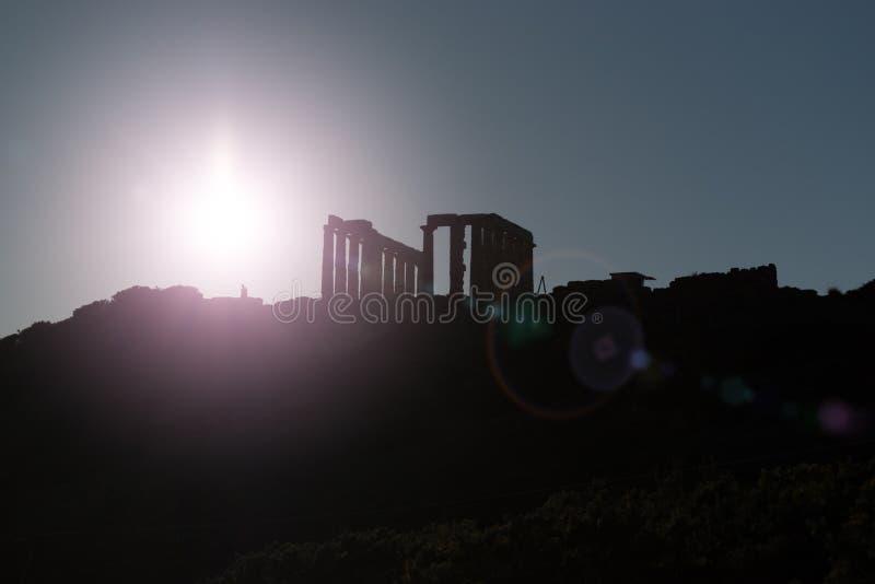 Ruínas do templo antigo de Poseidon no por do sol fotografia de stock