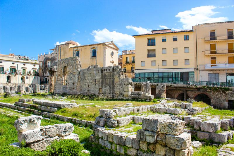 Ruínas do templo de Apollo na ilha de Ortigia no centro histórico de Siracusa, Sicília, Itália Grego clássico significativo imagem de stock