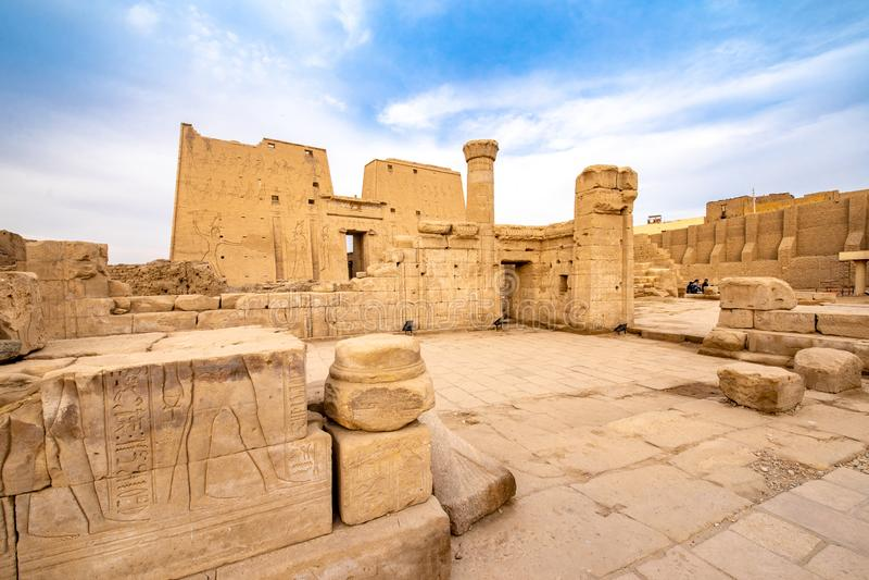 Ruínas do templo de Edfu de Horus em Idfu Egito fotografia de stock