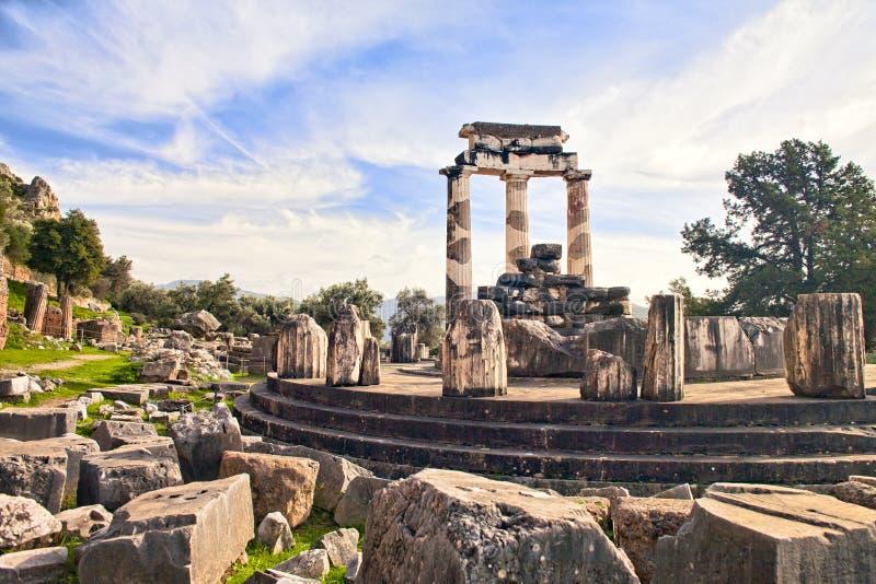 Ruínas do templo grego de Athena em Delphi