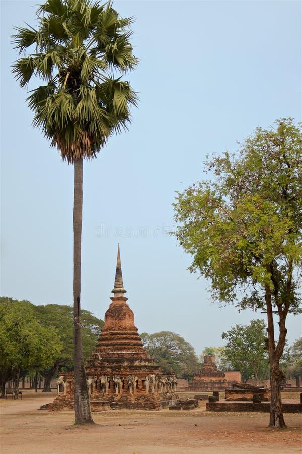 Ruínas do templo Wat Chang Lom no território do parque histórico famoso de Sukhothai fotografia de stock