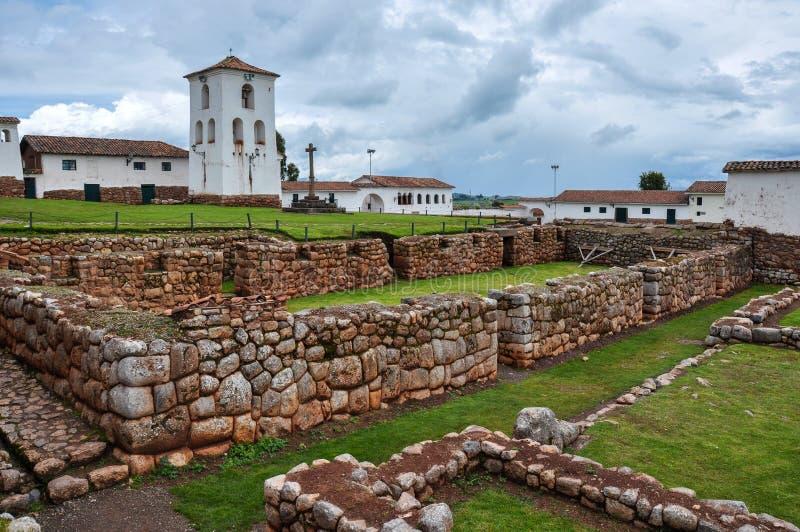 Ruínas dos Incas de Chinchero junto com a igreja colonial, Peru fotografia de stock