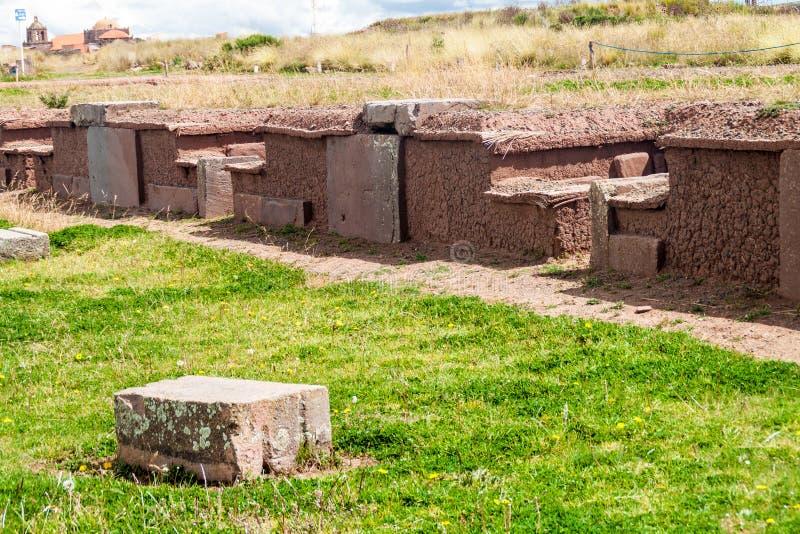 Ruínas dos túmulos em Tiwanaku imagem de stock