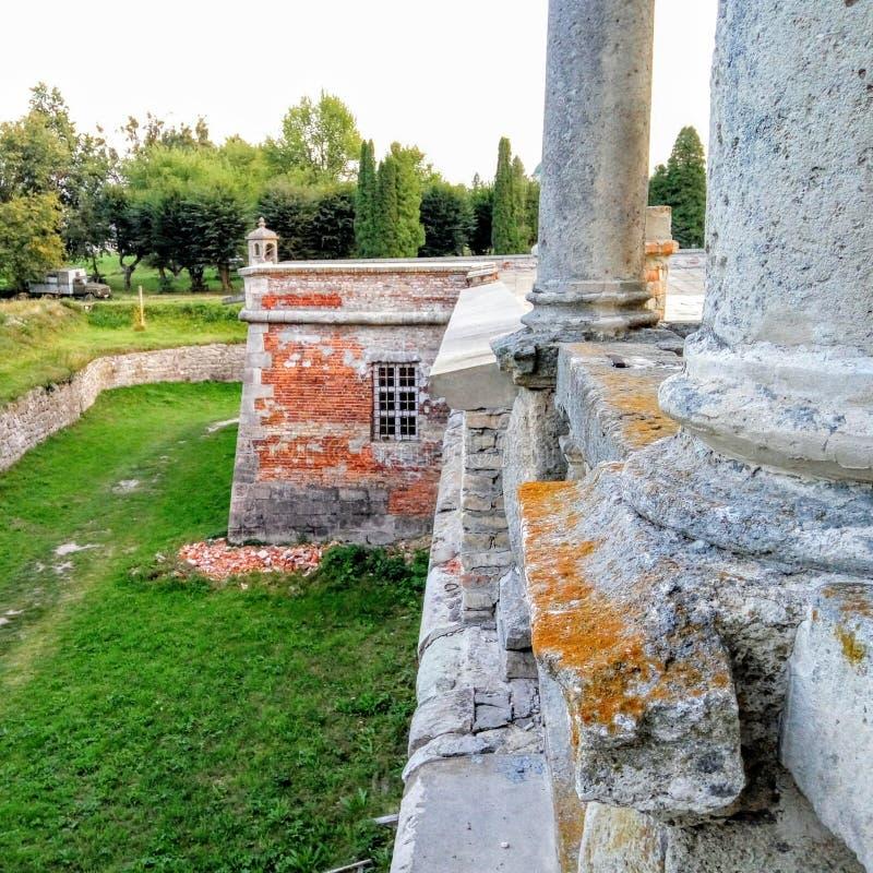 Ruínas e colunas do castelo de Pidhirtsi imagens de stock royalty free