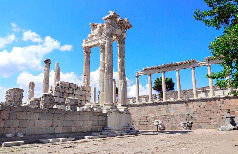 Ruínas e colunas do templo de Trajan na acrópole de Pergamon, Turquia fotografia de stock